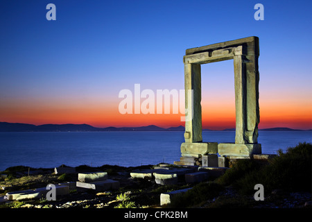 """Il Portara (""""grande porta"""") dell'isola di Naxos, probabilmente tempio di Apollo (altri dicono di Dioniso), Cicladi Foto Stock"""