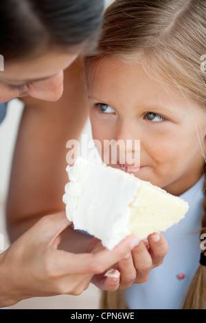 Alimentazione madre bambina torta Foto Stock