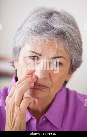 Persona anziana con un mal di denti Foto Stock