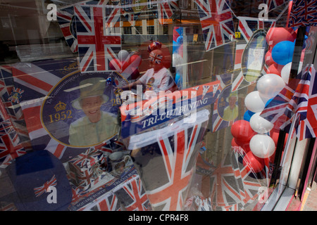 Bunting patriottica, bandiere, palloncini e royal memorabilia sul display prima che la regina del Giubileo di diamante Foto Stock