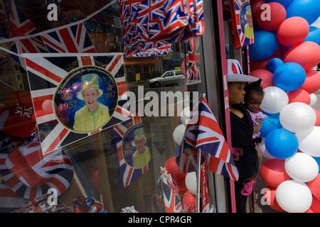 La madre e il bambino con patriottici bunting, bandiere, palloncini e royal memorabilia sul display prima che la Foto Stock