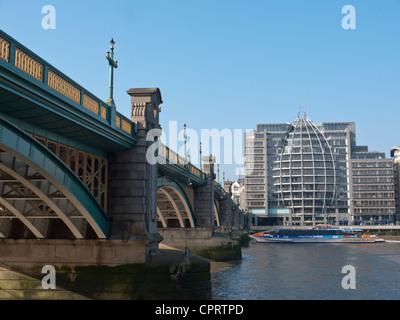 Vista sul Fiume Tamigi e Southwark Bridge verso la riva sud. Foto Stock