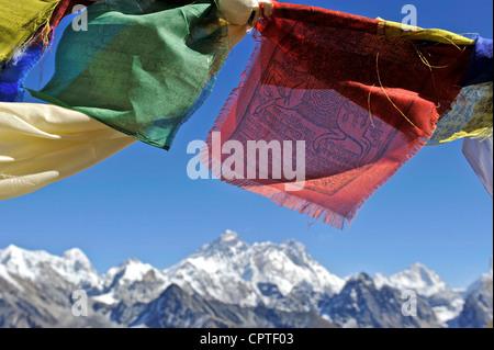 Preghiera tibetano bandiere con vedute del massiccio di Everest da Renjo La, Nepal Foto Stock