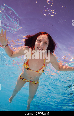 Davvero felice giovane donna nuotatore - underwater shot Foto Stock