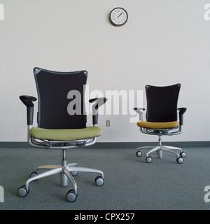 Svuotare le sedie da ufficio in ufficio Foto Stock