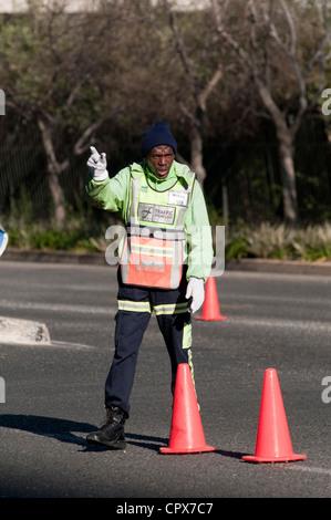 Il traffico di Johannesburg pointsman dirige il traffico Foto Stock