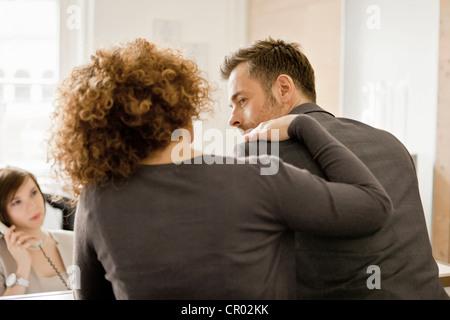 La gente di affari di parlare in ufficio Foto Stock