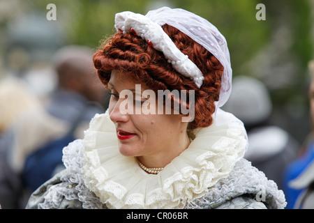 Street entertainer o attrice vestita come la regina Elisabetta il primo. Durante il Queens Diamond celebrazioni giubilari in Birmingham.