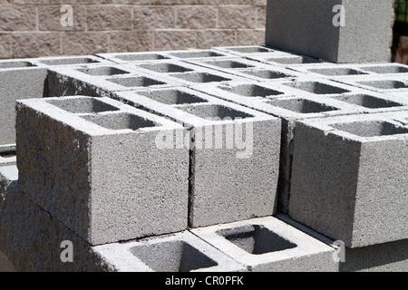 Calcestruzzo architettonico blocchi accatastati in un cantiere. Foto Stock
