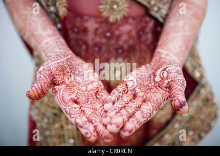 La donna caucasica con Indian Henna Tattoos sulle mani Foto Stock