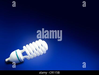 Risparmiate energia e denaro sfondo astratto concetto blu lampadina fluorescente Foto Stock