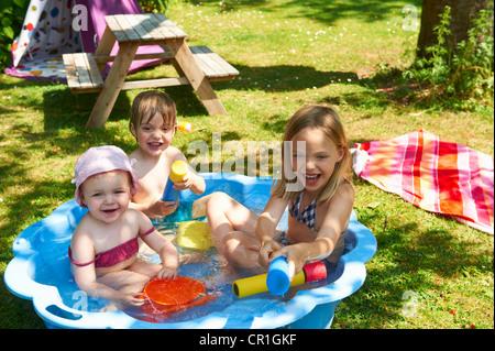 Bambini che giocano nella piscina per bambini Foto Stock