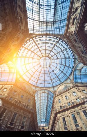 Sole che splende attraverso ornato soffitto di vetro Foto Stock