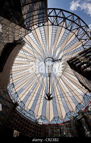 Basso angolo di vista ornato soffitto di vetro Foto Stock