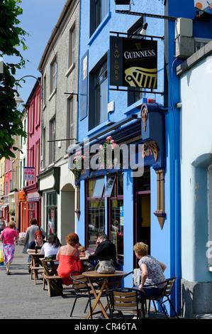 I tavoli e le sedie al di fuori di un pub, Listowel, nella contea di Kerry, Irlanda, Europa Foto Stock
