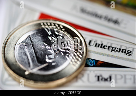 """Monete in euro nella carta dei tarocchi """"morte"""", distruzione, corruzione, immagine simbolica per la disgregazione dell'Unione monetaria europea"""