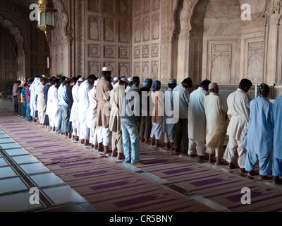 I musulmani pregano presso la Jama Mashid a Lahore, una delle più grandi moschee in Asia, Punjab, Pakistan, Asia Foto Stock