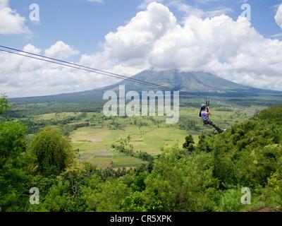 Il filo di zip in cima Lignon Hill, Padova, Legazpi, Luzon meridionale, con il monte Vulcano Mayon in background. Foto Stock