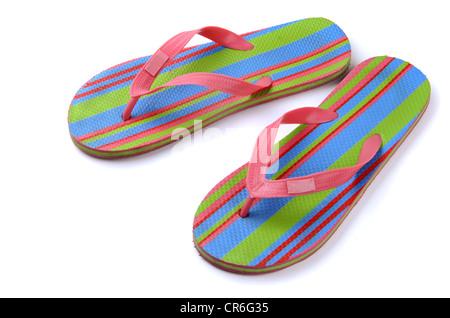 Coppia di strisce di flip-flop sandali isolato su bianco Foto Stock