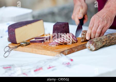 La salsiccia tagliata a una degustazione di vino in Auer, Lagrein uve per tutto il tempo, Alto Adige, Italia, Europa Foto Stock
