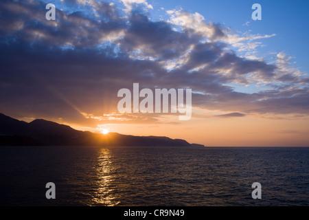 Tranquillo tramonto sulla Costa del Sol e al Mar Mediterraneo in Spagna, Andalusia regione, provincia di Malaga. Foto Stock