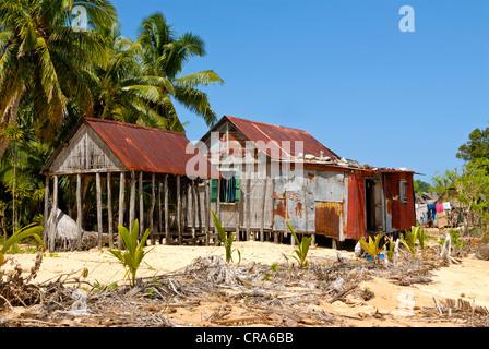 Lonely capanne su di una spiaggia appartata, Isola Saint Marie, Madagascar, Africa Foto Stock