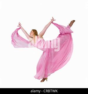La sala da ballo ballerina in posa su un piede