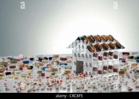 Blister di pillole in forma di casa Foto Stock