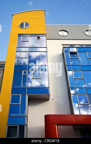Architettura moderna nel centro di Dortmund, nuvole riflettendo nel rivestimento, in Germania, in Renania settentrionale-Vestfalia, la zona della Ruhr, Dortmund Foto Stock