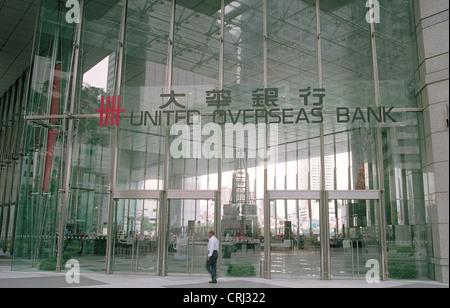 Paesaggistici moderno ingresso principale alla sede delle Nazioni Overseas Bank in Singapore Foto Stock