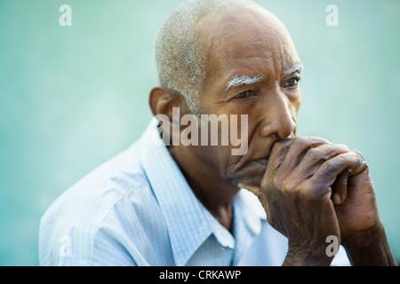 Seniors Ritratto di vecchio contemplativa african american uomo che guarda lontano. Spazio di copia Foto Stock