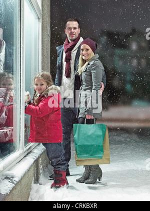 Natale in famiglia shopping nella neve Foto Stock