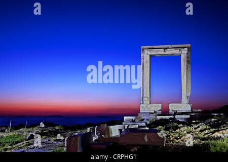 """Il Portara (""""grande porta"""") dell'isola di Naxos, probabilmente tempio di Apollo (altri dicono di Dioniso), Cicladi Grecia Foto Stock"""