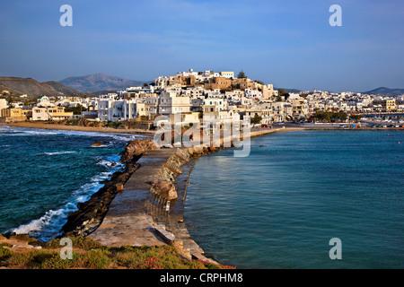 """La Chora (""""capitale"""" dell'isola di Naxos con il castello di Sanoudos sulla parte superiore, come si vede dal 'Portara', Foto Stock"""