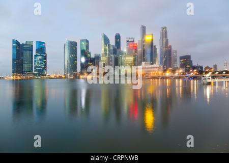 Il Sud Est asiatico, Singapore, skyline della città, vista su Marina Bay al distretto commerciale e finanziario Foto Stock