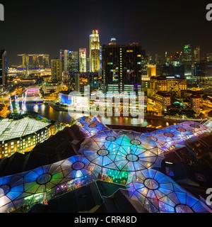 Il Sud Est asiatico, Singapore, vista in elevazione sopra il quartiere degli intrattenimenti di Clarke Quay, il Foto Stock