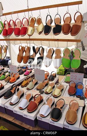 Menorcan jandals nel sabato di mercato di artigianato, Plaza Explanada, Mahon Minorca, Isole Baleari, Spagna Foto Stock
