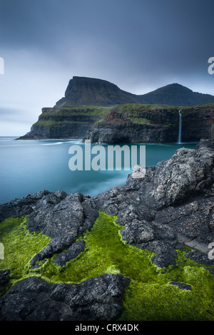 Spettacolare costa e cascata a Gasadalur sull isola di funzionario ministeriale, Isole Faerøer. Molla (giugno 2012). Foto Stock
