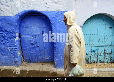 Scena di strada a Chefchaouen, Marocco Foto Stock