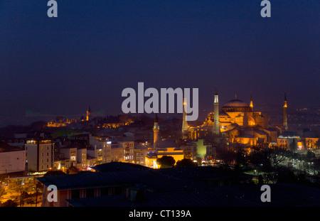 Vista aerea di Istanbul illuminata di notte Foto Stock
