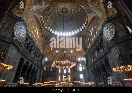Luci e windows nella cattedrale di ornati Foto Stock