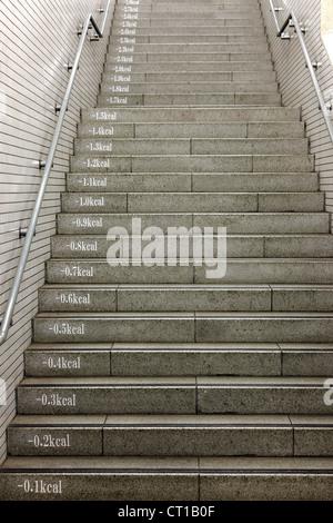 Scalinata della metropolitana che mostra le calorie perdere su ogni passo, Giappone Foto Stock