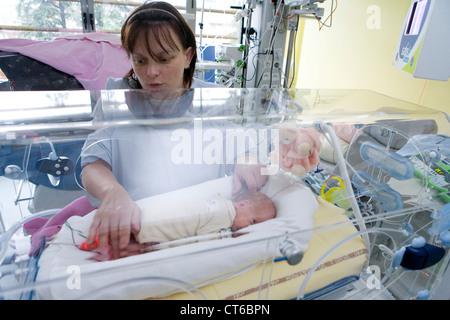 La madre e il bambino prematuro Foto Stock