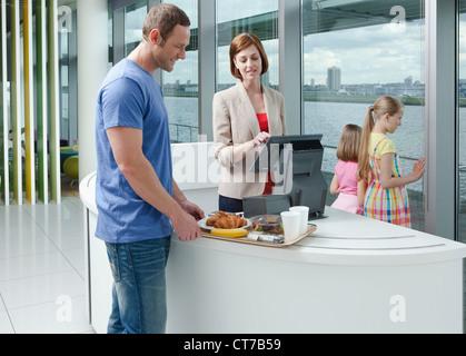 Padre di due figlie in aeroporto cafe Foto Stock