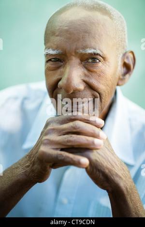 Ritratto di felice senior uomo ispanico guardando la fotocamera e sorridente Foto Stock