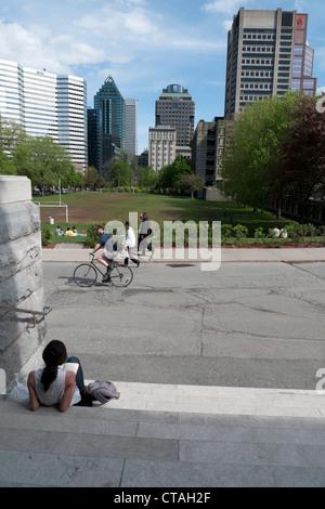 Gli studenti del McGill University campus in primavera Quebec Montreal Canada KATHY DEWITT Foto Stock