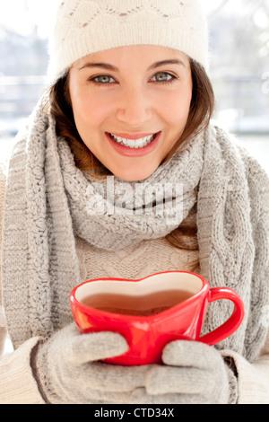 Donna felice in condizioni di clima freddo Foto Stock