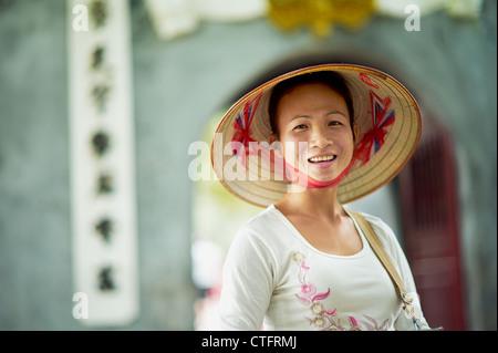 ... Un ritratto di una donna vietnamita che indossa un nón lá o un  tradizionale vietnamita cappello 71b9254a7aae