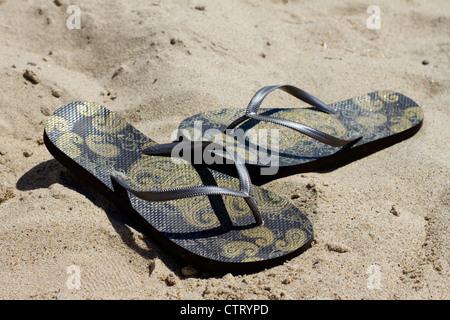 Il flip flop su una spiaggia. Foto Stock