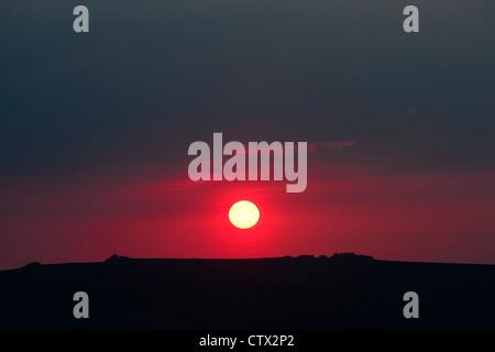 Shropshire paesaggio. Grandi drammatico tramonto rosso su Stiperstones una cresta di quarzite vicino a Shrewsbury Foto Stock